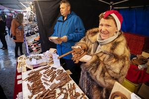Kent Asplund till vänster gör chokladverktygen som han och Sorina Nilsson från Bräcke i Jämtland säljer.