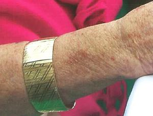 Det här armbandet var ett av många smycken som kvinnan inom hemtjänsten stal från dess ägare - ett ärende som Jürgen Clöve var med att klara upp tidigare i år. Foto: Polisen