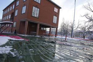 Sedan flera dagar ligger så kallade värmemattor utlagda vid Stadshuset så rören inte ska frysa sönder. Ansvarig tjänsteman hoppas att nya värmeväxlaren snarast kommer till rätta och att systemet med markvärme kan tas i drift igen nästa vecka.