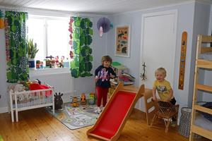 Emma och Bosse delar på ett stort rum på övervåningen.