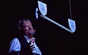 Peter Östlund har huvudrollen, som ägaren av Charlies bar.