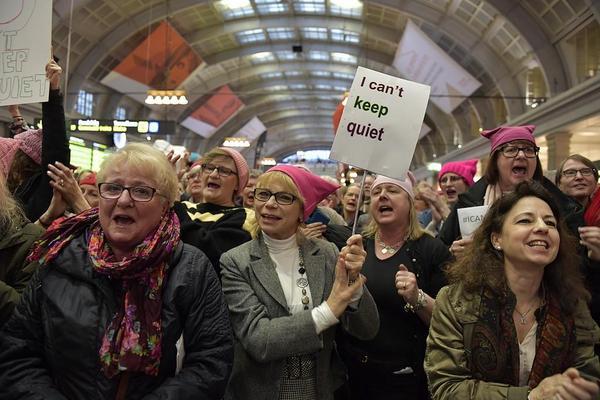 En så kallad flashmob hölls i fjol på Centralen i Stockholm med anledning av internationella kvinnodagen. De rosa mössorna med kattöron, så kallade pussyhats, var en protest mot sexistiska uttalanden av den amerikanske presidenten Donald Trump. Foto: Jessica Gow/TT
