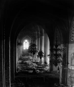 En av de mest omhuldade teorierna om den första biskopskyrkan från 1100-talet var att det var en stenkyrka som låg strax framför koret i den nuvarande Domkyrkan. Foto: Västmanlands läns museum.
