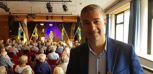 Georgis Touma presenterade sin idé för kommunalrådet i Norrköping och tillsammans arrangerade de en gala för seniorer i staden. Idén fortsatte och nu är Seniorgalan i Södertälje för andra gången.