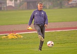 Lars Isacssons liv kretsar kring fotboll och politik. Här syns S-politikern leverera en osedvanlig högerpassning under damlagets träning.
