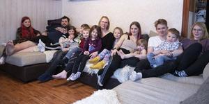 Hilma, Göran, Towe, Noah, Melvin, Theo, Lilly, Kim, Ninni, Jonna, Minnah, Casper, Louie och Meja. Hela familjen Meyer är samlad i den stora soffan i vardagsrummet.