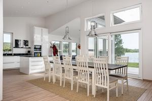 Det ljusa och öppna köket med havsutsikt. Foto: Pär Olert.