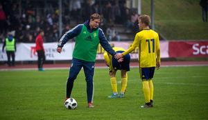 Jesper Carström (grön väst), fick inleda matchen på bänken, men kom in i 68:e minuten.