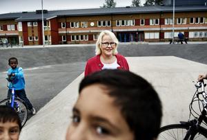 """Väljer Vivalla. Birgitta Lohman har låtit tre av sina fyra barn gå på Vivallaskolan. Som Lundbyförälder går hon därför emot trenden. Av 99 högstadieelever som bor i Lundby går bara åtta på Vivallaskolan. Resten har valt andra skolor i kommunen, trots att Vivallaskolan ligger närmast. Birgitta Lohman tror att det handlar om rykten och fördomar. """"Vi måste försöka sprida en mer positiv bild."""""""