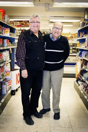 Far och son Kassman, Peter och Torsten, i den butik nu 81-årige Torsten öppnade för 50 år sedan.