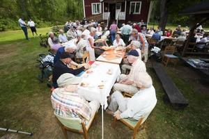 Nästan hundra personer lockades till Björkmuren i Järbo i går när PRO höll sitt årliga storslagna gammeldags kaffekalas.  vid ett av borden satt tvillingbröderna Rune och Melvin Gren tillsammans med Gunnar Oskarsson och Karl-Johan Jonsson.