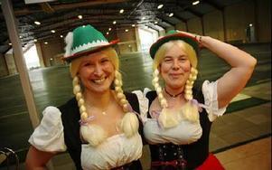 Malin Hjelm och Jenny-Ann Björn svidar om till tyrolsk afton i Smedjebacken.FOTO: CHRISTER NYMAN