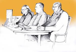 Peabmannen sittandes mellan Driftarens advokat Christina Bergenstein och sin egen försvarsadvokat Jan-Åke Nyström. Illustration: Ulla Granqvist