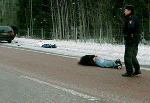 Ur Gefle Dagblad februari 2007:Cirka sju polispatruller jagade två bilar från inbrottet hos Outlaws i centrala Storvik vid halv tvåtiden. Gripandet föregicks av en dramatisk motorvägsjakt som påbörjades på E16 mellan Sandviken och Forsbacka för att avslutas på E4:an i höjd med Älvkarleby.
