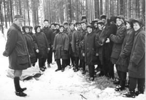 På bilden: Repövning i Falun 1967. Stjärnsystrar samlades under en vintervecka på Dalregementet för att friska upp kunskaperna i häst-och hästsjukvård. Kursledare var Måns Alexandersson. Foto: Privat