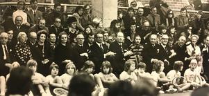 Några hundra personer hade inbjudits till invigningen av Bellevuestadion 1975. Här  ses bänken för prominenta åskådare. Asea-chefen Curt Nicolin, landshövding Gustav  Cedervwall, prins Bertil med flera.