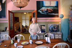 Karin Broos målar gärna sin egen familj, liksom Carl Larsson gjorde. Hennes man Marc ligger modell på soffan med hund på magen.