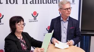 Yvonne Lipskog, ombudsman fackförbundet Kommunal och Björn Forsberg, förhandlingschef Region Västmanland skrev under det nya kollektivavtalet på onsdagseftermiddagen, den 14 februari.