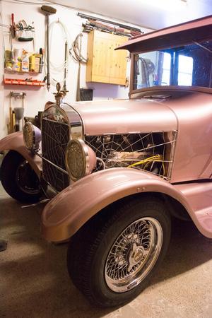 Den ombyggda Hot Rod-modellen har fått inta platsen i det uppvärmda garaget. Karossen är original med T-Fordkupé. Resten är ombyggd och moderniserad.