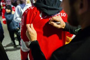 Henrik Zetterberg får signera en tröja.