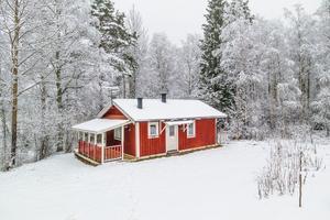 Vinterbonad stuga i mindre stugby utanför Nyhammar. Foto: Carina Heed/Svensk Fastisghetsförmedling