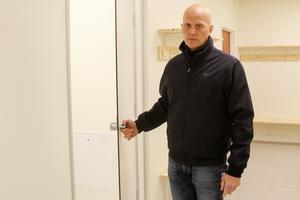 Risken för kränkande fotografering, vilket enligt Mattias Persson är ett ökande problem, har gjort att man byggt dörrar till omklädningsrummens duschar.