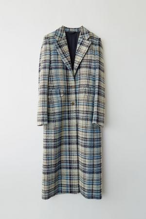 4. Rutig kappa från Acne, 7700 kronor.