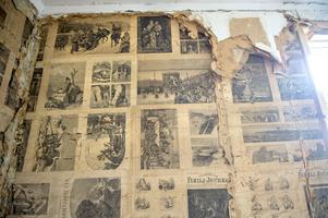 De tidigare husägarna har noga valt att tapetsera upp tidningssidor med vackra illustrationer.