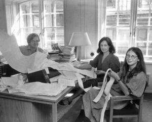 Tre unga ekonomer på finansdepartementet analyserar följderna av det nya avtalet för budgeten. Detta efter storkonflikten 1980 som lamslog hela landet. Vilket var tur för Gesundakören.