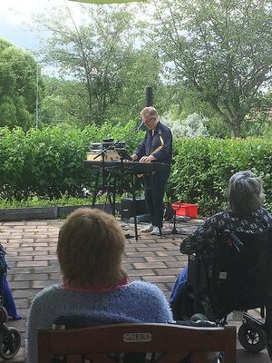 Musikunderhållning på Ärebos utegård. Foto: Christine
