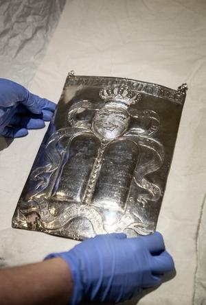 En Torasköld med tre kronor, en symbol med betydelse även i judendomen. Där representerar de Toran, prästerskapet och kungamakten. Foto: Christine Olsson.