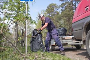 Äckligt värre. Någon har dumpat en svart plastsäck med mänsklig avföring vid vägen i naturreservatet. Tillsyningsman Mikael Odenstig får ta hand om dumpat skräp – hur äckligt det än är.