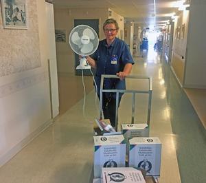 Anki Hermansson på väg att lämna ut kalluftsfläktar på alla avdelningar vid sjukhemmet.