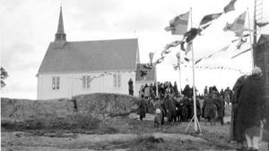 Både kyrkan och kyrkbacken nedanför Kvarnbergsplatån fylldes med människor när kyrkan invigdes 1928. Bilden är utlånad av Kristina Strömbom Arholma.