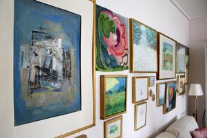 Flera av Birgittas skapelser hänger på väggen i vardagsrummet.