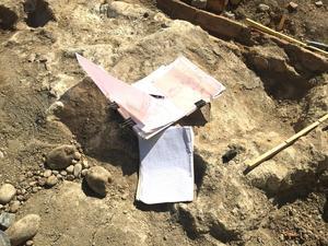 Dokumentation är av yttersta vikt vid en utgrävning. Jonas Ros antecknar medan han gräver.