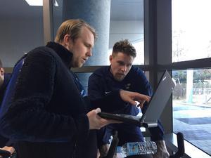 Här får Jonas Ahnelöv se detaljer från en träning som Tre Kronor genomfört i Sydkorea.