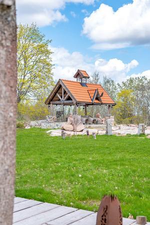 En bit från huvudbyggnaden ligger en separat vikingainspirerad grillbyggnad.  Foto: Fisheye Foto i Roslagen