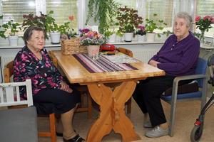 Rut Savgård och Elin Eriksson hemma hos Elin. Det är bara fyra hyresgäster kvar och numera känns det lite långsamt på Mobacka, enligt Rut.
