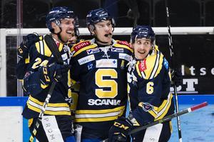 Anton Holm, i mitten, blev två år i rad, 2015-16 och 2016-17, poängkung i SSK. Här under match i november 2016. Bild: Andreas L Eriksson/Bildbyrån.