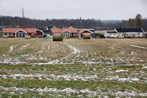 I stället för att bygga på Månsbo gärde tycker Centern att det är bättre att fortsätta bygga på jordbruksmark vid Visentparken där det redan är detaljplanerat för bostadsbyggande.