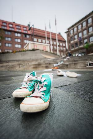 Till flera av skoparen fanns ett personlig brev där någon uttryckte saknad efter den individ som skorna symboliserade.