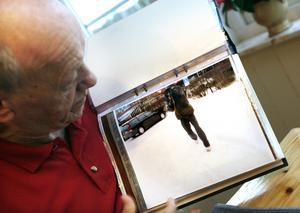Året är 2008 och Valter Törnberg visar för tidningen bilden han tog av rånaren utanför Swedbank i Ockelbo. Valter Törnberg gick bort fem år efter att bilden togs. Bild: Arkiv