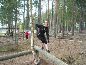 Träningen pågår året om. En hinderbana är ett utmärkt sätt att träna smidighet och balans. Foto: Privat