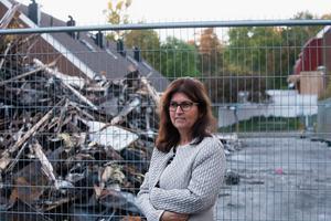Gensin Hamra trodde först att det var bilar som brann när hon hörde hur något exploderade utanför huset.