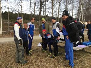 Sedvanligt eftersnack och jämförelser av olika vägval när Forsa OK arrangerade träningsorientering i snöfria marker på söndagen. Banläggaren Per Åke Bladh längst till vänster