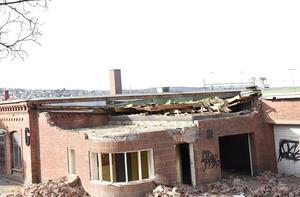Nu har g-huset börjat rivas vid Tändsticksområdet.