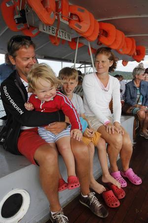 Familjen Fjellborg från Umeå har skaffat en stuga i Djupröra och är som bäst ute och utforskar området. Från vänster syns Lars Göran Fjellborg, syskonen Sigvard, 2 år, Sebastian, 10 år och Britta Fjellborg.