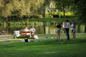 Människor avråds att bada i vattnet i Lillsjön tills man kan hitta grunden till problemet.