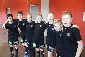 SAIK P08 hade vunnit de två spelade matcherna, när tidningen pratade med laget. Från vänster: Lawin Batti, Omran Yonnes, William Berglund, Johannes Carlström, Oliwer Axelsson Bergström, Wilmer Fagerlund, Melwin Axelsson Bergström.